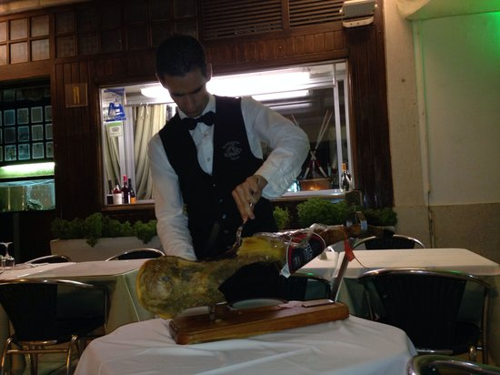 Restaurante Sagres Cascais: Cutting pata negra - the Iberian equivalent of carving Peking duck table side