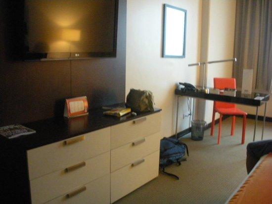 Park Inn by Radisson San Jose: Gran televisión de pantalla plana y zona de escritorio