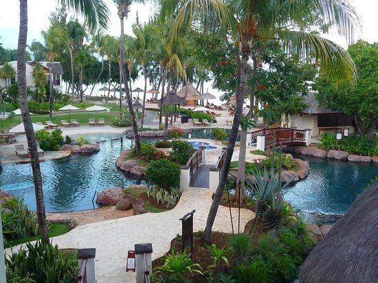 Hilton Mauritius Resort & Spa : The spectacular pool that meanders around the spacious gardens