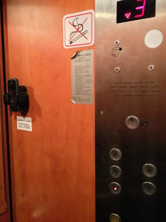 Aparthotel City 5 : Lift with emergency phone to contact Owner (Kristina) with any problems out of hours