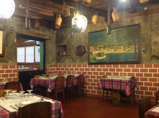 Restaurant Adega Lusitania: Ambiente Típico