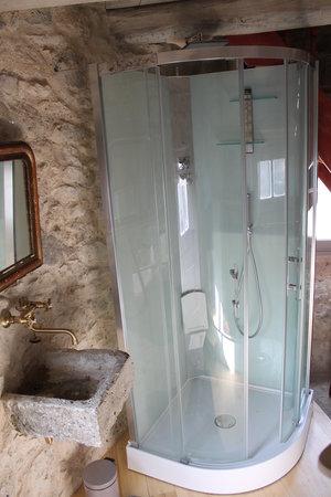 La Tour de Brazalem: salle de bain pigeonnier de la tour