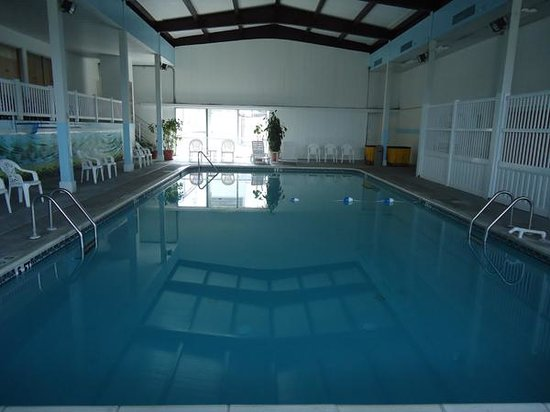 Budget Host Inn & Suites : Large Indoor Swimming Pool