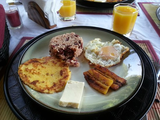 Altura Hotel: Breakfast (excluding the bowl of fruits to start with...)