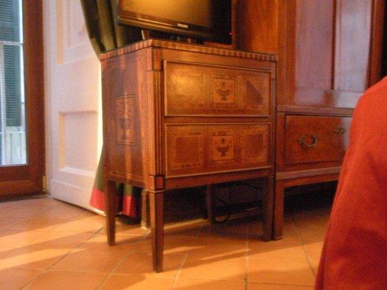 Chiaja Hotel de Charme: beautiful inlaid wood table