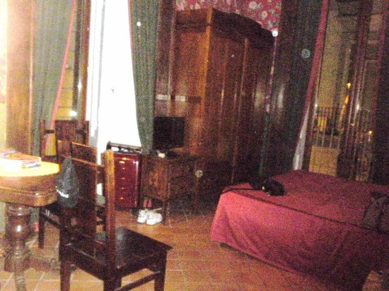 Chiaja Hotel de Charme : large room with 2 windows, nice furniture.
