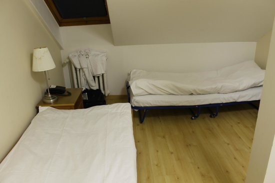 Hotel Orion: cot and twin in the bedroom