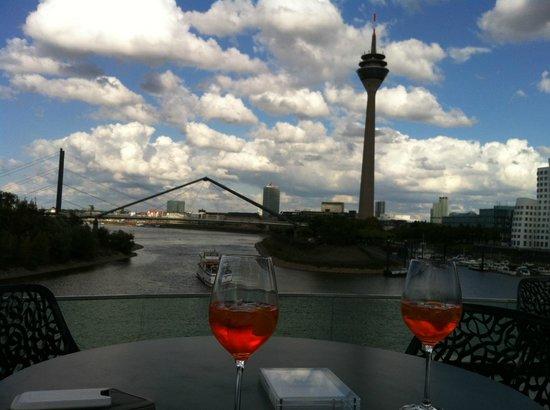 Hyatt Regency Düsseldorf: Außenterrasse - traumhafte Blick auf den Hafen