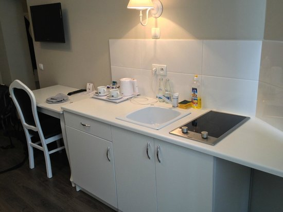 Aparthotel Leone: Room 203 - electric hob and complimentary drinks