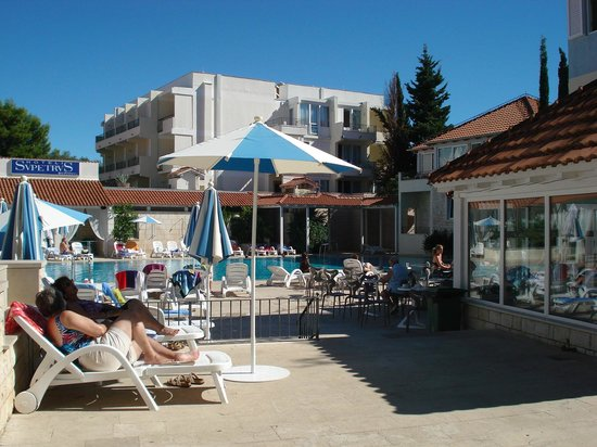 SENTIDO Kaktus Resort: Sun terrace round pool