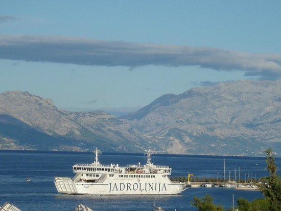 SENTIDO Kaktus Resort: Ferry coming in to Super Tar from Split