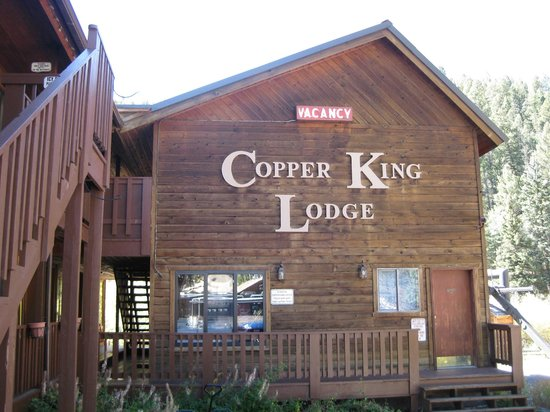 Copper King Lodge: The lift is visible to the right of the lodge.