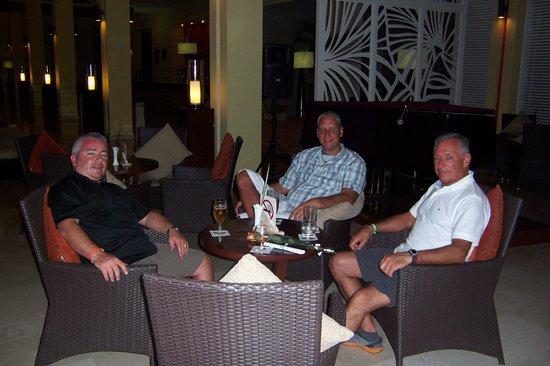 Hotel Playa Cayo Santa Maria: Friends in lobby bar