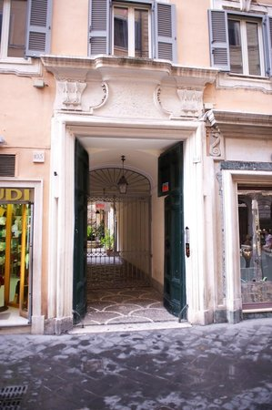 Residenza Frattina: Entry from Via Frattina