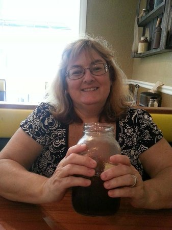 Darrell's Restaurant: Large mason jars for glasses