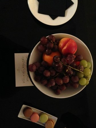 Hotel Marquis Faubourg Saint - Honore : Fresh fruits in the room