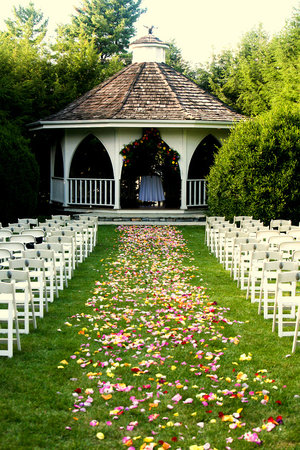 Nesselrod Bed and Breakfast: wedding setup in the formal garden