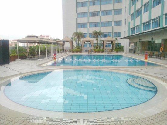 PARKROYAL on Kitchener Road: 6th floor pool