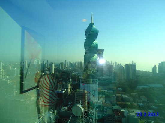 Hotel Riu Plaza Panama: vista de um prédio todo em vidro. Fantástica obra de engenharia