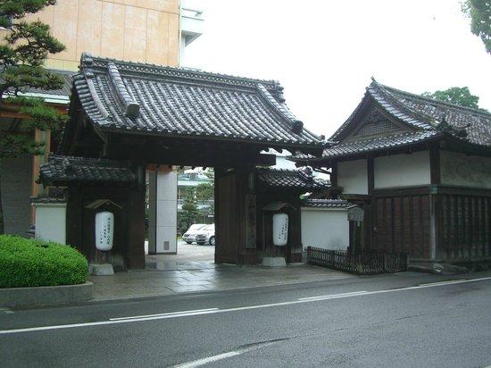 Sansuien: 山之内家の門です。