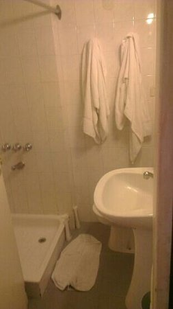 Carsson Hotel: tight squeeze in the bathroom