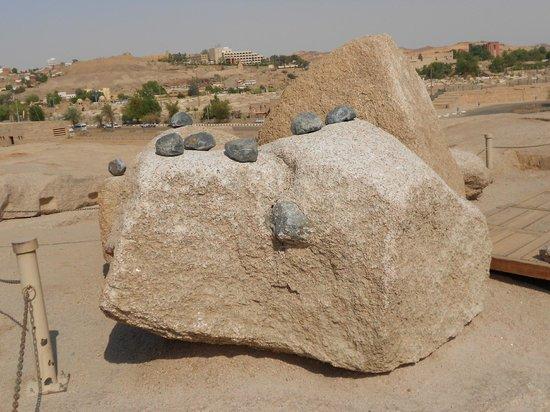 Unfinished Obelisk : As pedras pequenas e negras supostamente usadas para cortas as rochas.