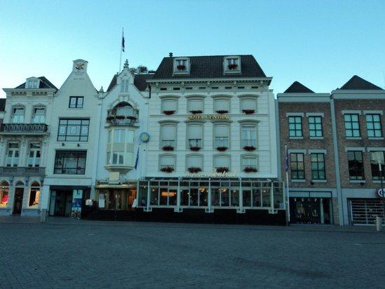 Golden Tulip Hotel Central: Lado voltado para a raça