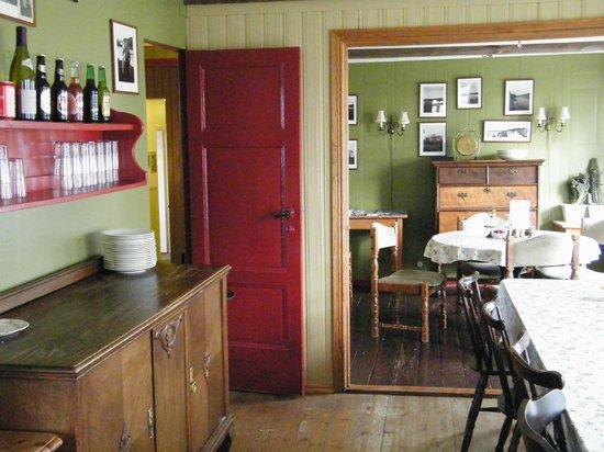 Ensku Husin Guesthouse : Anna's dining room--it bleeds charm!