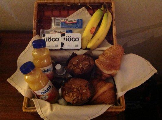 Hotel du Vieux-Quebec: Tasty breakfast in a basket!