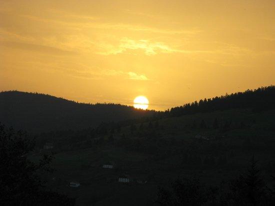 Auberge Le Couchetat : Une idée de la vue... regarder le soleil se lever, écouter le silence de la vallée...