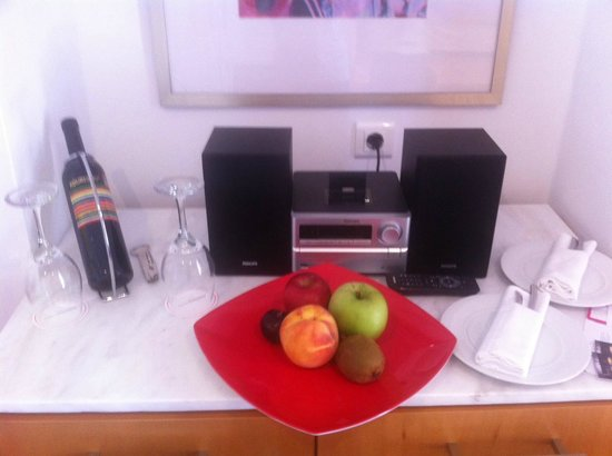 Mykonos Theoxenia : Complimentary wine & fruits