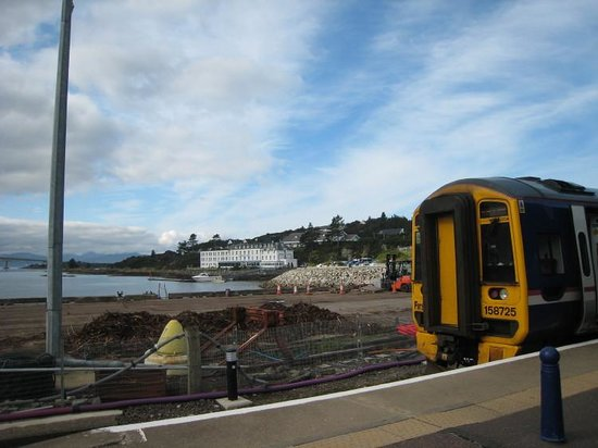 Lochalsh Hotel: Hotel from rail station
