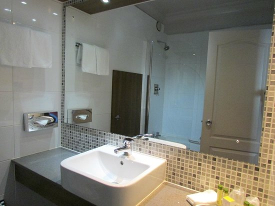 DoubleTree by Hilton Hotel Dublin - Burlington Road: Bathroom