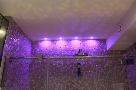 Hotel Moresco: Changing lights in the bathroom