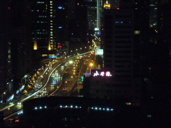 Rayfont Hongqiao Hotel & Apartments Shanghai: The view of Shanghái city from the floor 21. (Picture with Zoom)