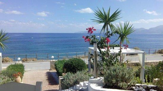 Saradari: vue depuis les tables situées en terrasse