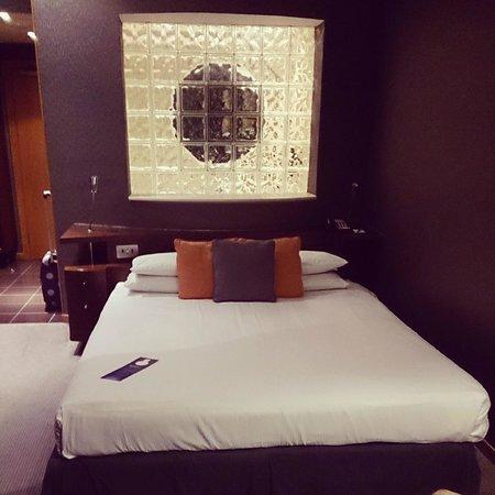 Radisson Blu Hotel, Glasgow: Bed (Bathrrom behind)