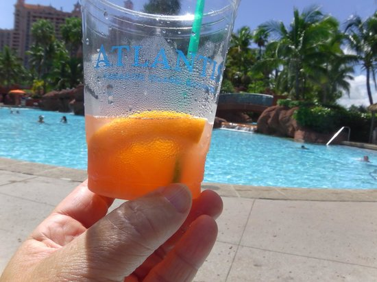 Atlantis - Harborside Resort: drinks at poolside