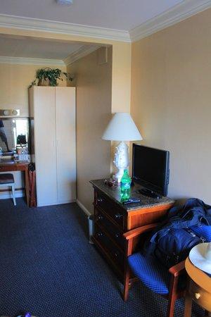 Portofino Hotel: Closet, tv, makeup area