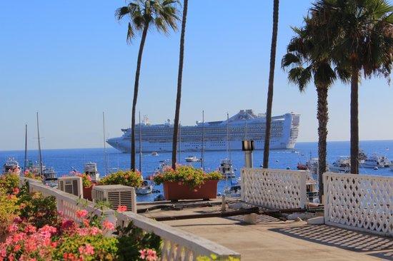 Portofino Hotel: Cruiseliner anchored offshore