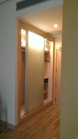 Vincci Seleccion Posada del Patio : Room entry and closet