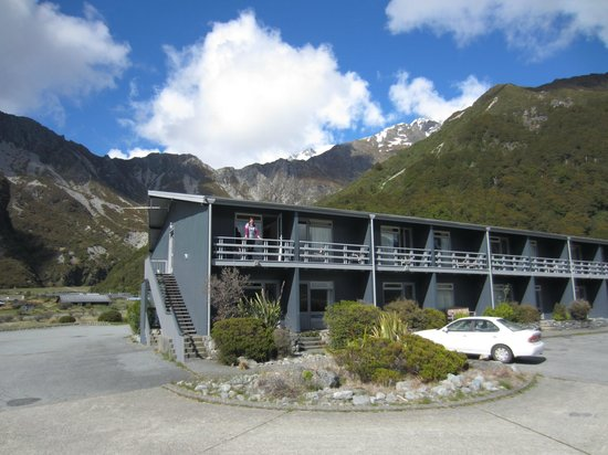 Mt Cook Lodge and Motels: The lodge from the car park