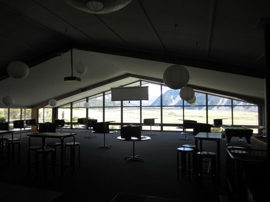 Mt Cook Lodge and Motels: The bar and grill area with the fab picture window
