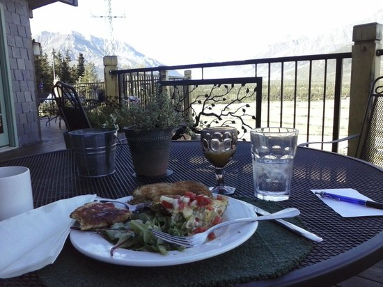 The Lodge at Black Rapids: Breakfast on the deck