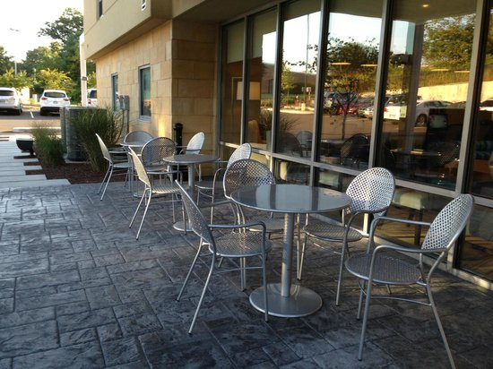 Home2 Suites by Hilton Nashville Airport : outside seating