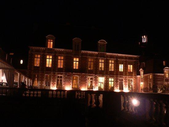 Chateau D'Etoges: Das Chateau am Abend nach dem Essen
