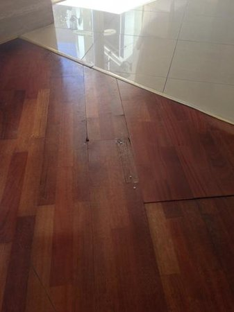 Sherwood Breezes Resort: flooring in tower bar