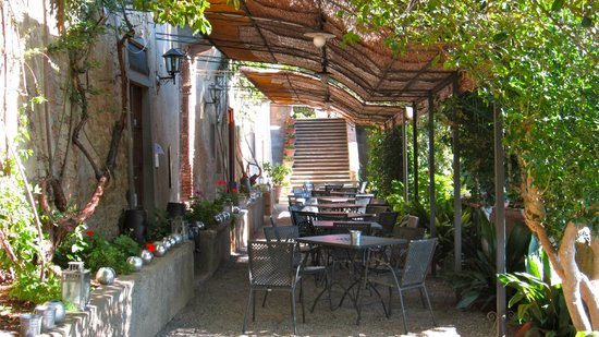 Castello di Montegufoni: outdoor dining area