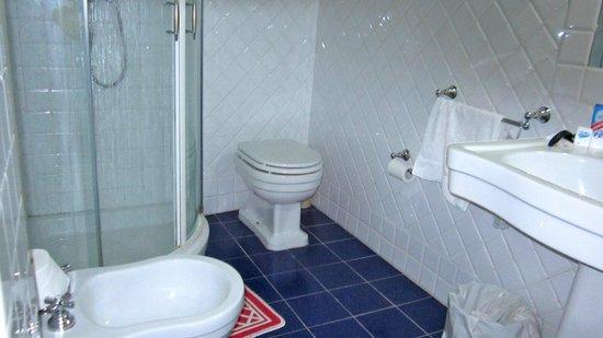 Castello di Montegufoni: modern bathroom