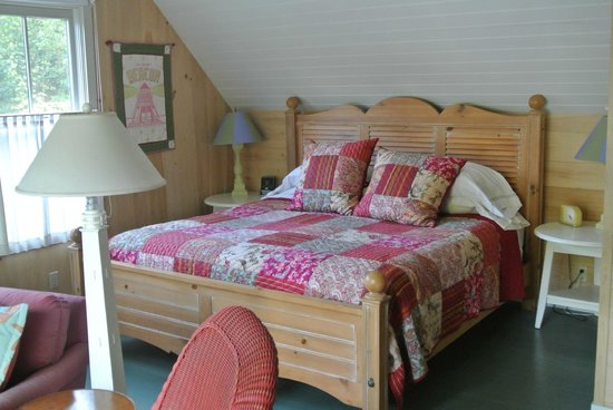 Coveside Bed and Breakfast : The bed in the suite